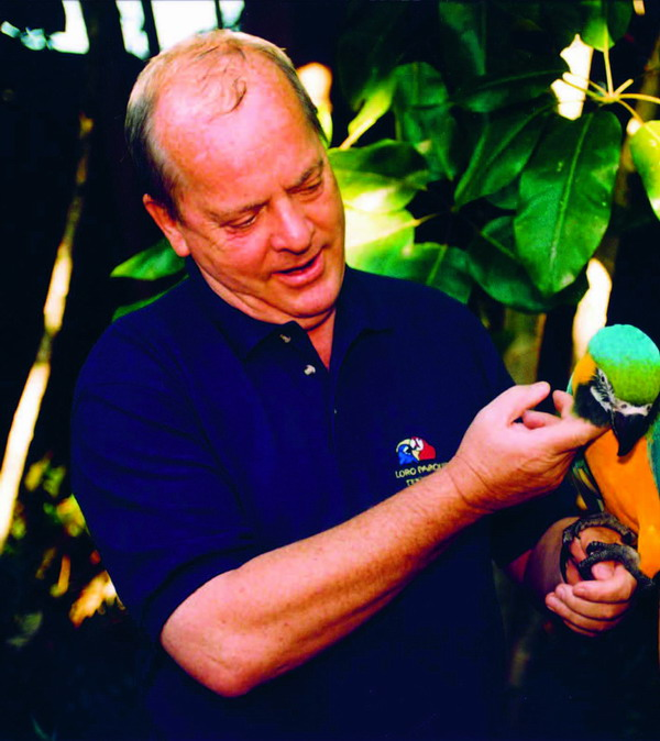 Wolfgang Kiessling with one of the founda�tion�s parrots